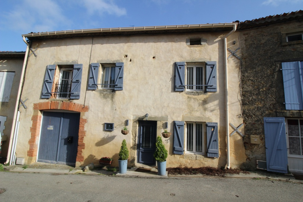 Lovely 4 bedroom home with garden and views - €267000